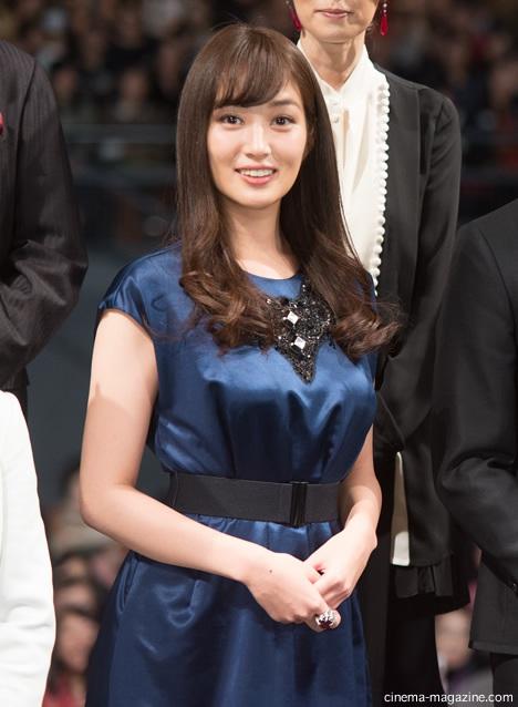 青いドレスの高梨臨さん